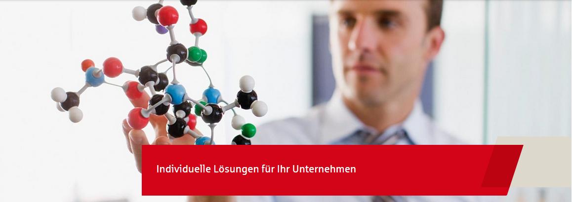 Geschäftsmann präsentiert ein Molekülmodell in der Hand